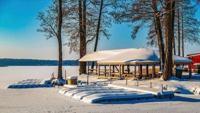 Stranda w okowach zimy
